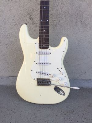 White Fender Affinity Stratocaster 6 String Electric Guitar w Gigbag for Sale in Los Angeles, CA