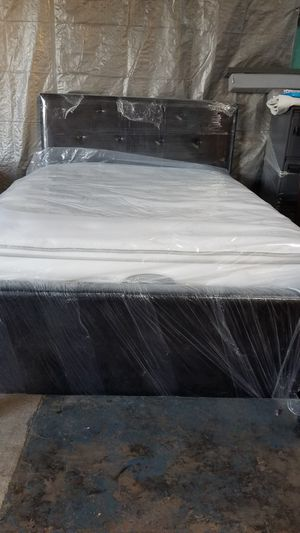 QUENN SIZE NEW BED FRAME WITH MATTRES AND BOXPRING USED for Sale in Houston, TX