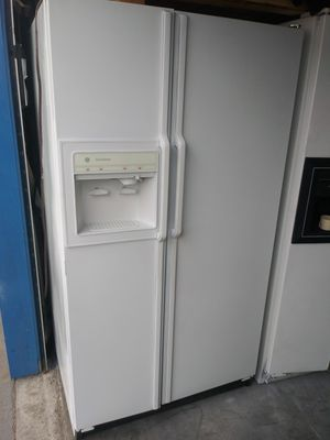 Fridge in working conditions delivery available Fridge and freezer both work great except icemaker doesn't work. for Sale in Long Beach, CA
