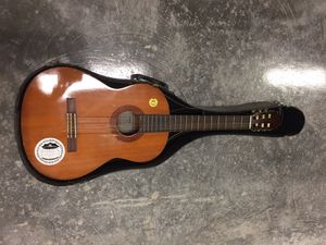 Yamaha C-40 acoustic guitar w/ case for Sale in Miami, FL