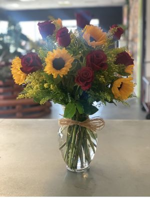 Red roses and sunflowers vase arrangment for Sale in Bakersfield, CA