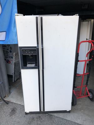 Ge 23.0 cu ft side by side fridge/freezer for Sale in Lake Tapps, WA