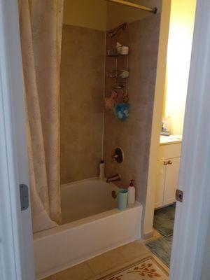 Rento in cuarto grande con baño. for Sale in Alexandria, VA
