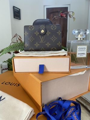 AUTHENTIC LOUIS VUITTON WALLET COMES WHIT DUST BAG AND BOX ONLY MESAGE ME IF YOU READY TO PICK IT UP for Sale in Modesto, CA