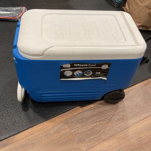 Igloo Cooler With Handle And Wheels for Sale in Tacoma, WA