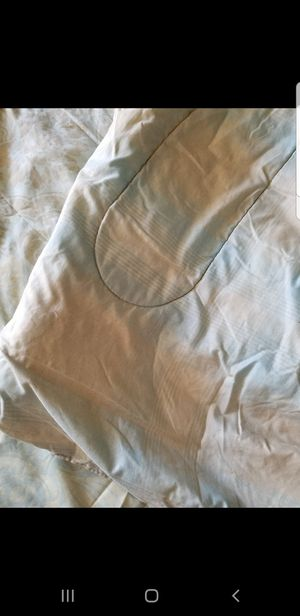 Excellent condition size twin comforter with 2 sheets and below case for Sale in Anaheim, CA