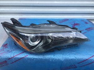TOYOTA CAMRY RH HEADLIGHT OEM for Sale in Los Angeles, CA