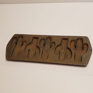 Vintage Lodge cast iron 5 cactuses cornbread baking pan mold 5CP2. for Sale in San Jose, CA