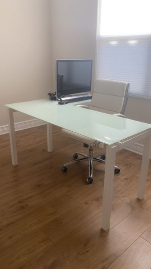 Office furniture (desk in L and chair) for Sale in Delray Beach, FL