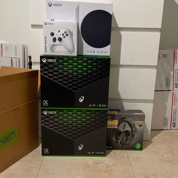 XBOX SERIES X FOR SALE IN HAND