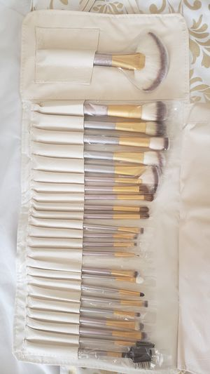 24pcs makeup brush set. for Sale in Los Angeles, CA