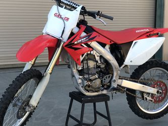 VERY LOW HOURS 🌟2006 Honda CRF450R🌟Runs Perfect! Pink And Current Registration for Sale in Menifee,  CA