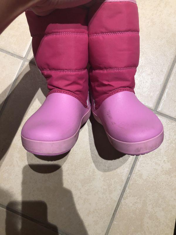 Crocs little girls snow boot. 10c.