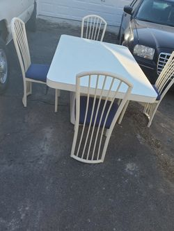 Dining room table 4 chairs for Sale in Redford Charter Township,  MI