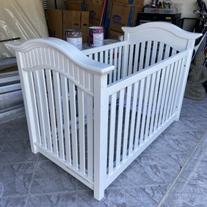 White Baby Room Set. Crib Chest And Changing Table for Sale in Miami, FL