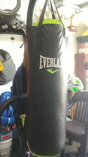 Everlast punching bag for Sale in Palmdale, CA