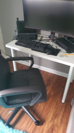 Desk and chair setup for Sale in Freehold, NJ