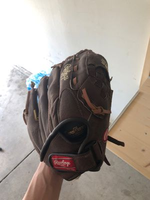 Righty softball glove for Sale in Winfield, IL