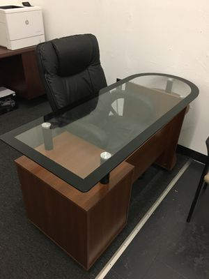 Very Nice Desk with Glass Top (Chair Included) for Sale in Redford Charter Township, MI
