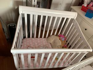 Crib + changing table with pad + Boopy pillow for Sale in Brooklyn, NY
