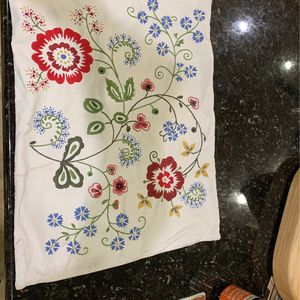 (4) Pillow Cases - Lovely Condition for Sale in Tampa, FL