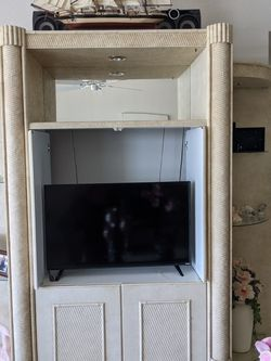 Lighted Tv Wall Unit That's Free But Must Pick Up Asap for Sale in Fort Myers Beach,  FL