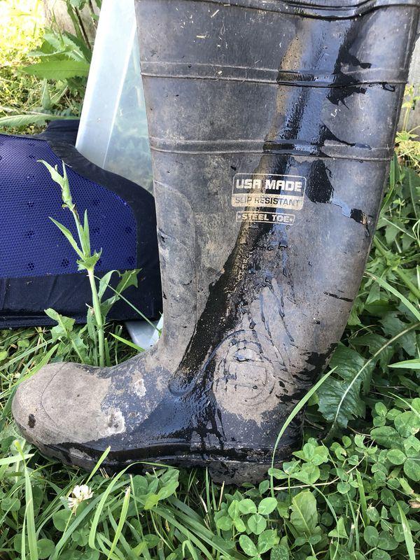 Men's steel toe rubber muck boot size 9