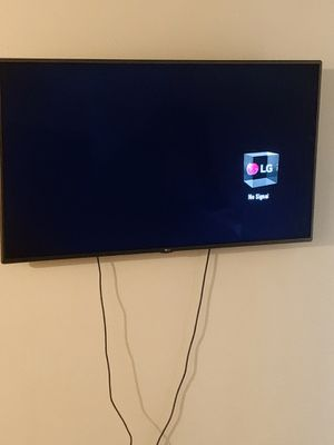 55 inch LG TV 1080p comes with remote in wall mount must be able to pick up if interested for Sale in Wichita, KS