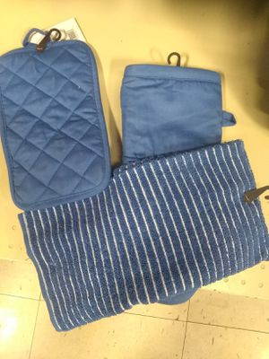 Kitchen Smart, towel, stove mitten n heat pad for Sale in Ann Arbor, MI
