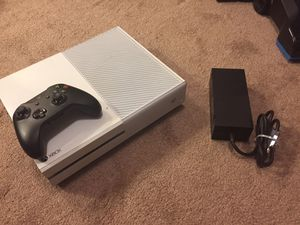 White Xbox one with wireless controller for Sale in Milwaukee, WI