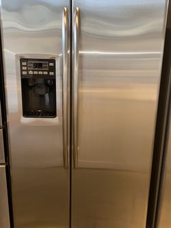 GE STAINLESS STEEL REFRIGERATOR EXCELLENT CONDITION for Sale in Vancouver,  WA