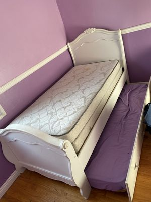 Twin bed with slide out twin trundle for Sale in Santa Fe Springs, CA