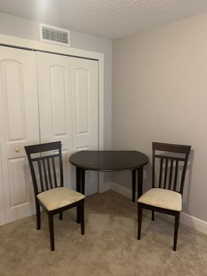 Expandable Table set with 2 chairs for Sale in Mount Dora, FL