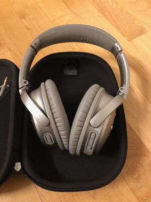 Bose QuietComfort 35 II Wireless Bluetooth Headphones, Noise-Cancelling, with Alexa voice control, enabled with Bose AR for Sale in Skokie, IL