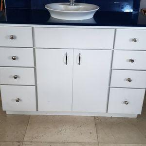 Mueble Del Baño Con Los Cristales Para Las Paredes Y El Espejo for Sale in Miami, FL