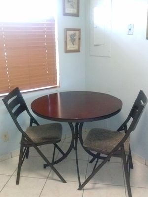 ****Round table and 2 chairs.**** for Sale in Miami Gardens, FL