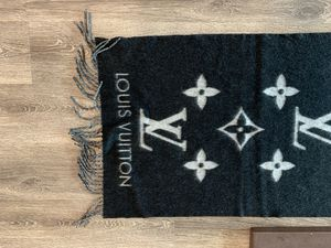 LOUIS Vuitton cashmere 100% scarf for Sale in Carson, CA