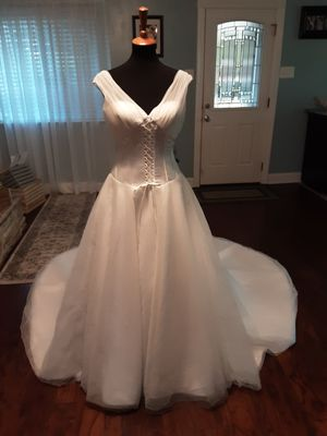 TB - Beautiful Satin and Tulle Wedding Dress for Sale in Baker, LA