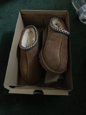 BRAND NEW UGGS SIZE 4 for Sale in Philadelphia, PA
