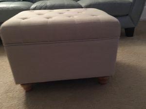 Cream color tufted storage ottoman for Sale in Pembroke Pines, FL