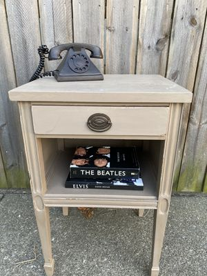 Vintage end table h 28 w 18 d 15 for Sale in Dublin, OH