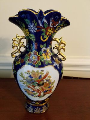 Large ornate Asian / Oriental vase urn embossed with exotic birds & flowers & gold handles for Sale in Concord, NC