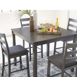NEW, SQUARE COUNTER TABLE WITH 4 BARSTOOLS. for Sale in Santa Ana,  CA