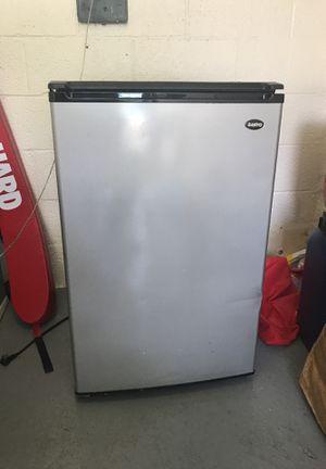 Mini fridge (Sanyo brand) for Sale in MD, US