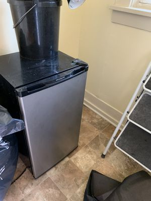Small refrigerator for Sale in Pittsburgh, PA