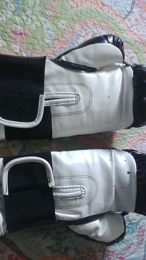 Boxing Gloves fit 6 to 8 years old for Sale in San Diego, CA