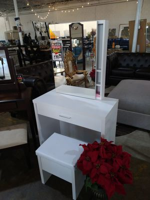 White Vanity With Mirror & Stool Storage for Sale in Dallas, TX