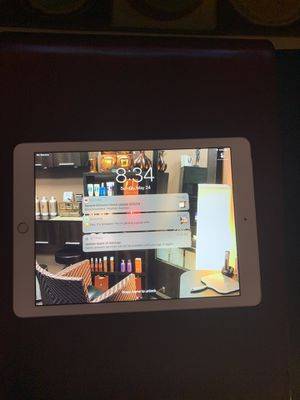 Ipad 9.7 6th gen. 32 GB silver excellent condition(local pick up or ship) for Sale in Lawrenceville, GA