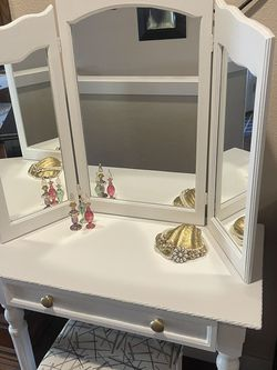 Vanity With Stool for Sale in Tualatin,  OR