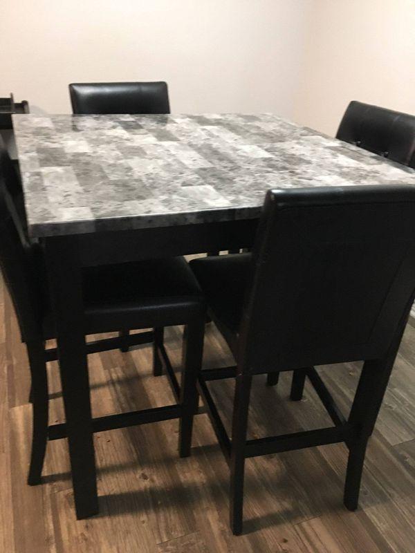 Kitchen table (Like Brand new) (no damage)